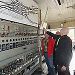 004_Helmut Ehlen zeigt Weichen Signale und die Standorte der Züge