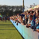 001_Tausende Zuschauer beim Marsch im Stadion