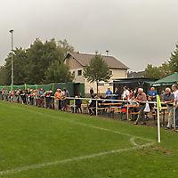 Interessierte Besucher beim Sportheimfest