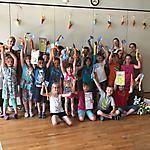 Übergabe Geschenke an Kinder mit vollen Bewegungspässen in der Schule