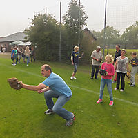 HSG Lehrte Ost_Handball_ Vorsitzender Kai Grüneberg fängt Baseball